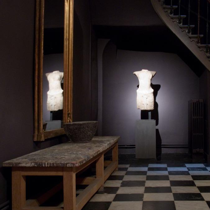 Blu di Prussia Roma Immagine che raffigura l'ingresso di un palazzo con una statua e pavimento a scacchi