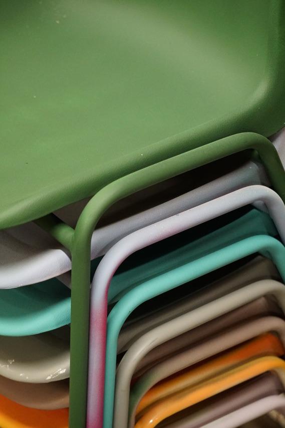 sedie rimodernate e colorate con prodotti del brand Fleur