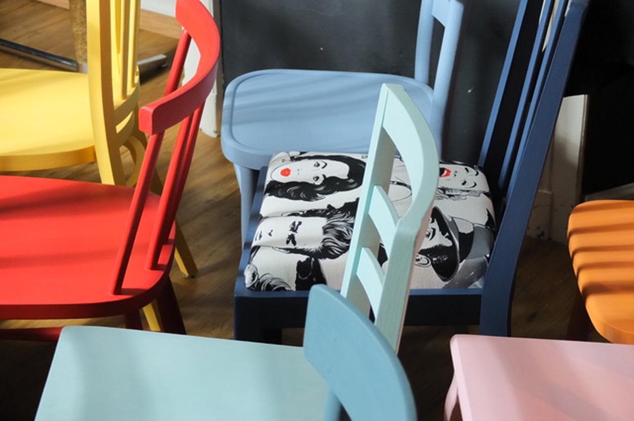 foto di sedie decorate con prodotti del brand Fleur