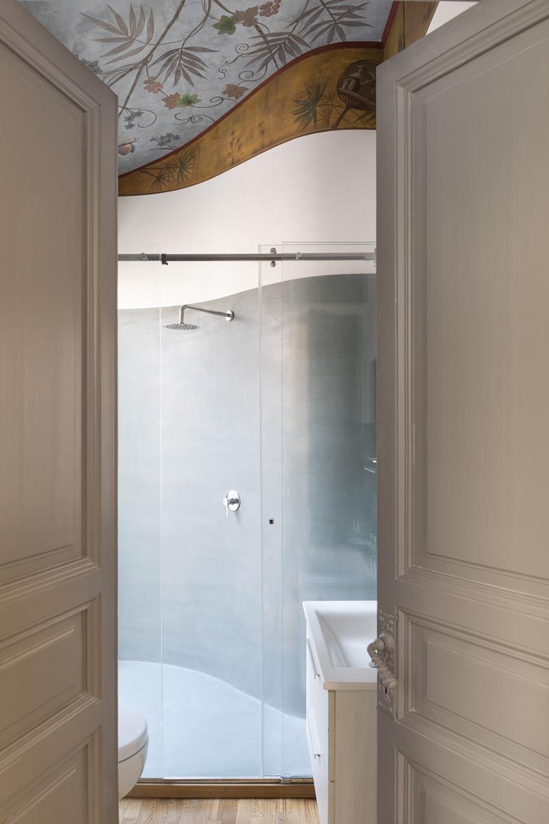 Collaborazione progetto di interni per Frattina 34 con studio Tamat. In foto dettaglio bagno con decorazione soffitto e pareti