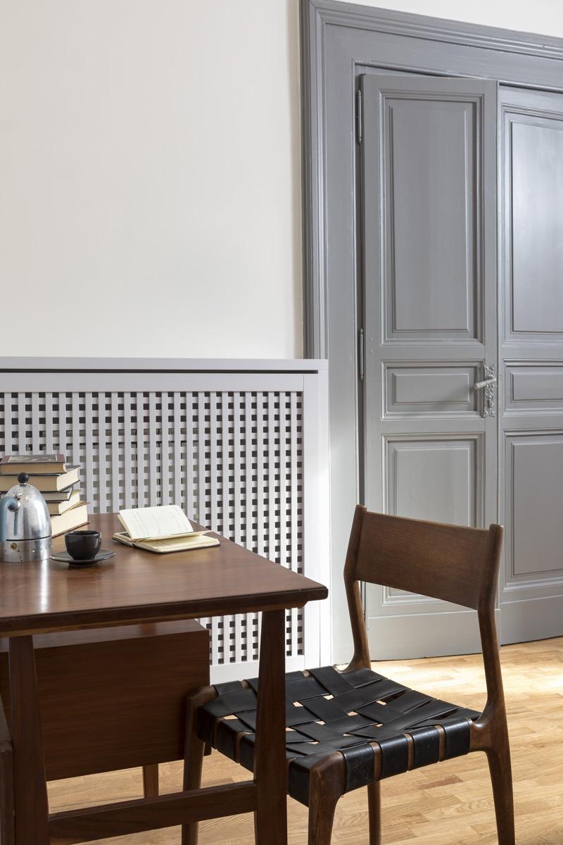 Collaborazione progetto di interni per Frattina 34 con studio Tamat. In foto dettaglio porta grigia e pareti neutre