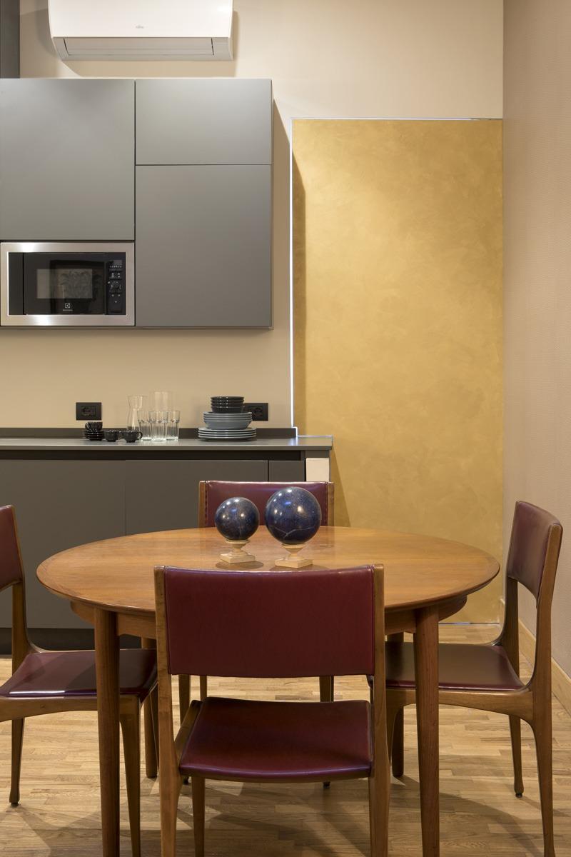 Collaborazione progetto di interni per Frattina 34 con studio Tamat. In foto dettaglio cucina parete gialla