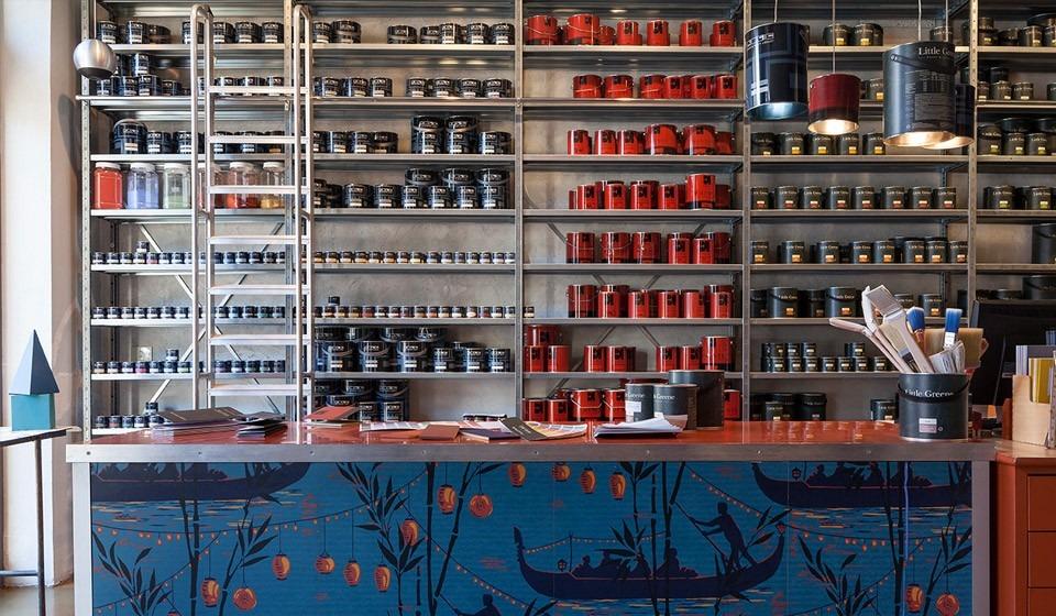 foto dell'interno del negozio bludiprussia a roma con barattoli di vernici per pareti